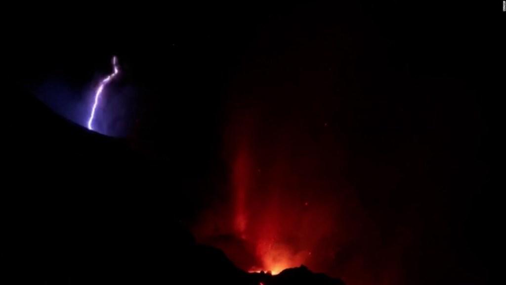 Un rayo y la lava, imágenes del volcán en La Palma