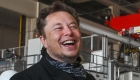 """Elon Musk """"trolea"""" a Jeff Bezos tras ampliar su fortuna"""