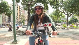 Esta joven innovó con su bici para moverse por Caracas