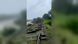 Un deslizamiento arrastra vías de tren en India