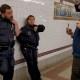 Pasajero confronta a policías que no usan mascarillas
