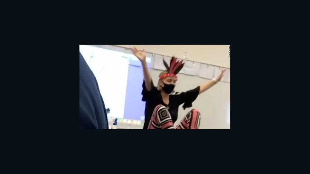Suspenden a maestra tras un video que la muestra bailando en clase