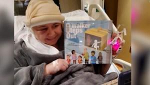 Lee cuentos a alumnos luego de operación cerebral