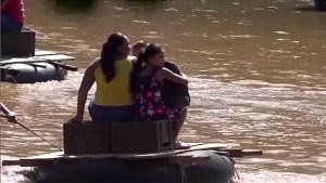 Nicaragüenses cruzan un río para llegar a Honduras y vacunarse