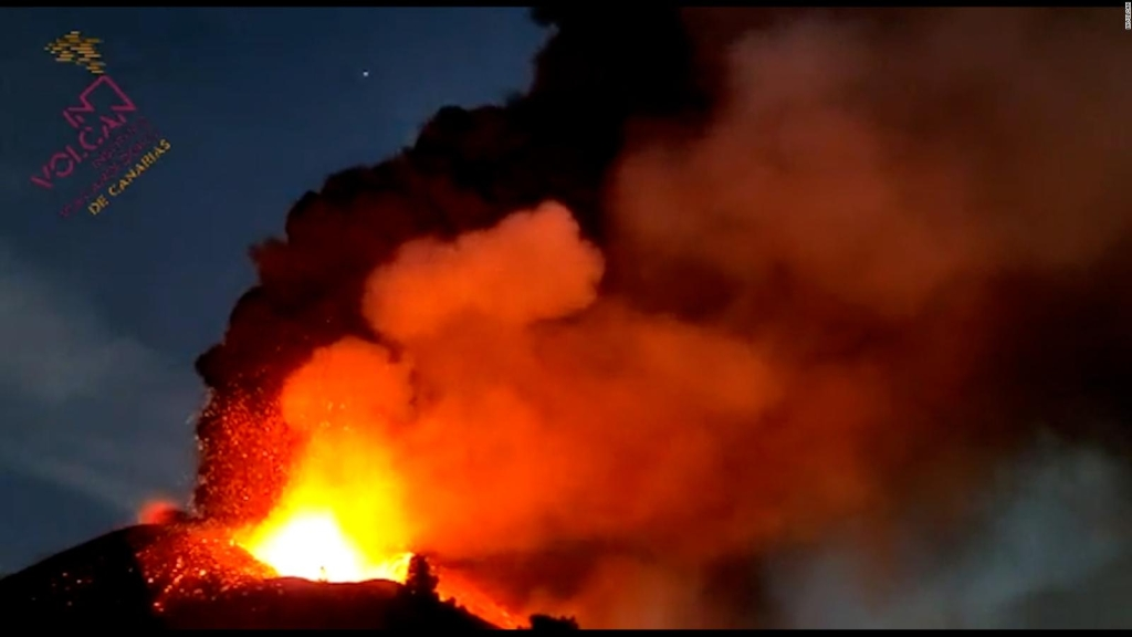 Mira la nube de humo tricolor del volcán de La Palma